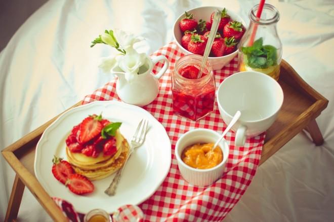sniadanie_do_lozka_romantyczna_sesja_zdjeciowa_TiAmoFoto-003 (Kopiowanie)