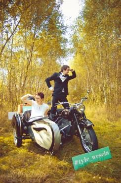 sesja_slubna_na_motocyklu_w_lesie_Poznan_fotograf_TiAmoFoto (10)