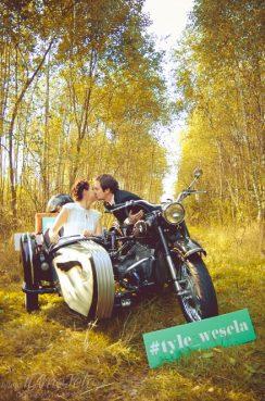 sesja_slubna_na_motocyklu_w_lesie_Poznan_fotograf_TiAmoFoto (11)