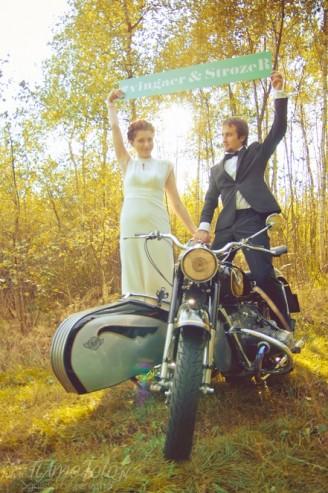 sesja_slubna_na_motocyklu_w_lesie_Poznan_fotograf_TiAmoFoto (12)