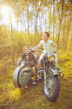 sesja_slubna_na_motocyklu_w_lesie_Poznan_fotograf_TiAmoFoto (17)