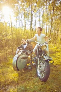sesja_slubna_na_motocyklu_w_lesie_Poznan_fotograf_TiAmoFoto (18)