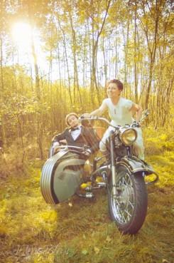 sesja_slubna_na_motocyklu_w_lesie_Poznan_fotograf_TiAmoFoto (19)