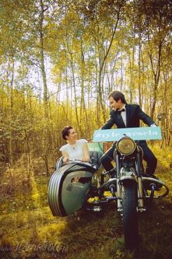 sesja_slubna_na_motocyklu_w_lesie_Poznan_fotograf_TiAmoFoto (2)