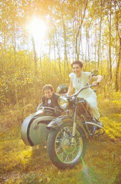 sesja_slubna_na_motocyklu_w_lesie_Poznan_fotograf_TiAmoFoto (20)
