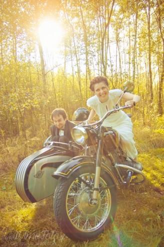 sesja_slubna_na_motocyklu_w_lesie_Poznan_fotograf_TiAmoFoto (22)