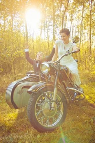 sesja_slubna_na_motocyklu_w_lesie_Poznan_fotograf_TiAmoFoto (23)