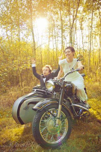 sesja_slubna_na_motocyklu_w_lesie_Poznan_fotograf_TiAmoFoto (24)