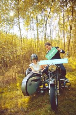 sesja_slubna_na_motocyklu_w_lesie_Poznan_fotograf_TiAmoFoto (3)