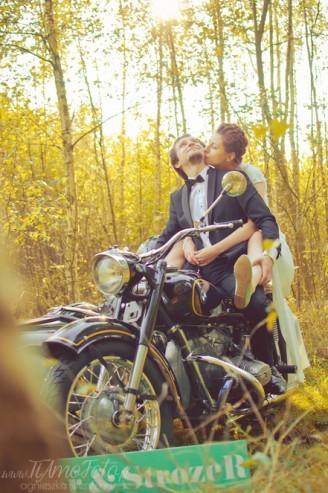 sesja_slubna_na_motocyklu_w_lesie_Poznan_fotograf_TiAmoFoto (31)