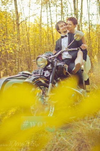 sesja_slubna_na_motocyklu_w_lesie_Poznan_fotograf_TiAmoFoto (33)