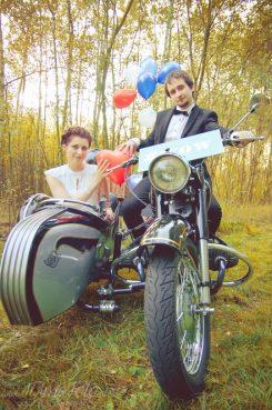 sesja_slubna_na_motocyklu_w_lesie_Poznan_fotograf_TiAmoFoto (37)