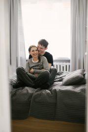 intymna-sesja-narzeczenska-w-mieszkaniu-dom-TiAmoFoto (35)