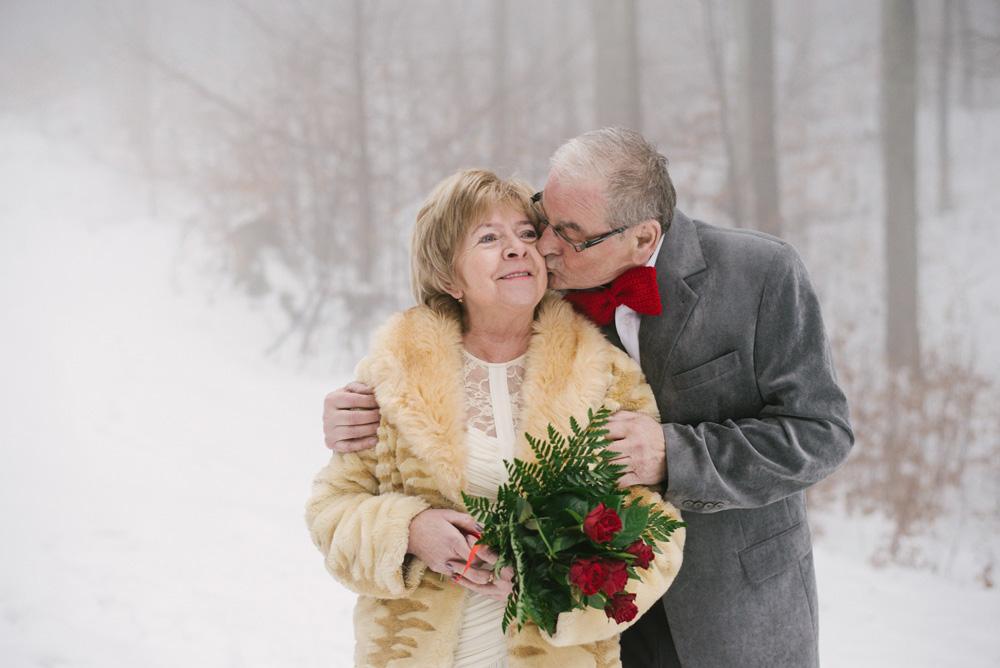 sesja-45-rocznica-slubu-zima-gory-snieg-czerwone-detale-TiAmoFoto (13)