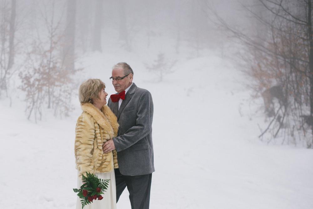 sesja-45-rocznica-slubu-zima-gory-snieg-czerwone-detale-TiAmoFoto (14)