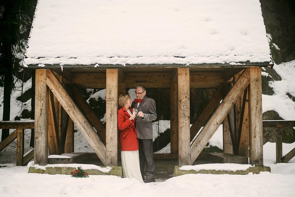 sesja-45-rocznica-slubu-zima-gory-snieg-czerwone-detale-TiAmoFoto (31)