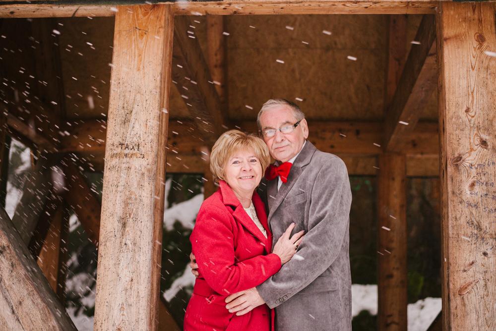 sesja-45-rocznica-slubu-zima-gory-snieg-czerwone-detale-TiAmoFoto5