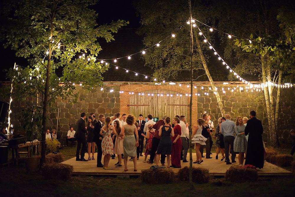 piękne miejsca na ślub plenerowy w wielkopolsce, stodoła babci magdy