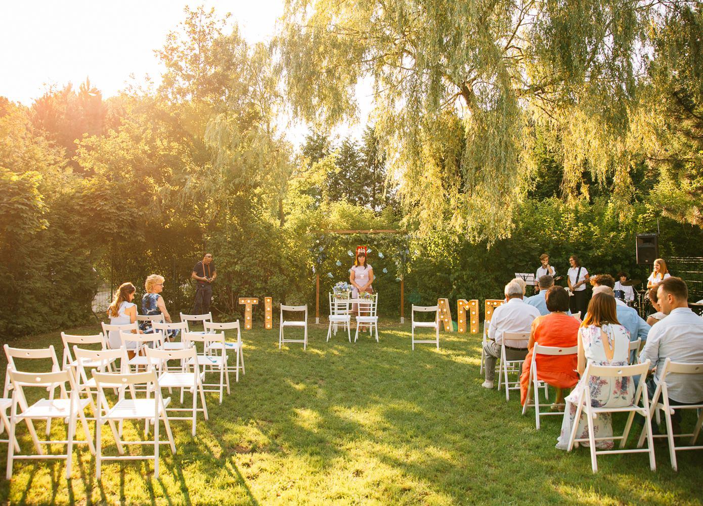 piękne miejsca na ślub plenerowy w wielkopolsce, w ogrodzie